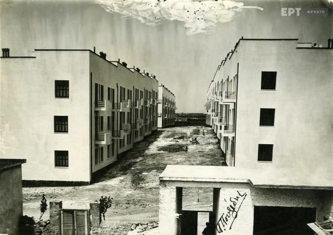 Άποψη του συγκροτήματος πολυκατοικιών της Λεωφόρου Αλεξάνδρας που οικοδομήθηκε μεταξύ του 1933-1935 για τη στέγαση των προσφύγων. Φωτογραφία: Π.Πουλίδης / Αρχείο ΕΡΤ