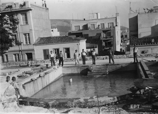 Η νότια πλευρά της Πλατείας Δεξαμενής προς την οδό Γλύκωνος στο Κολωνάκι με την πισίνα με θαλασσινό νερό που είχε κατασκευάσει ο Δήμος για τα παιδιά, 1939. Φωτογραφία: Π.Πουλίδης / Αρχείο ΕΡΤ