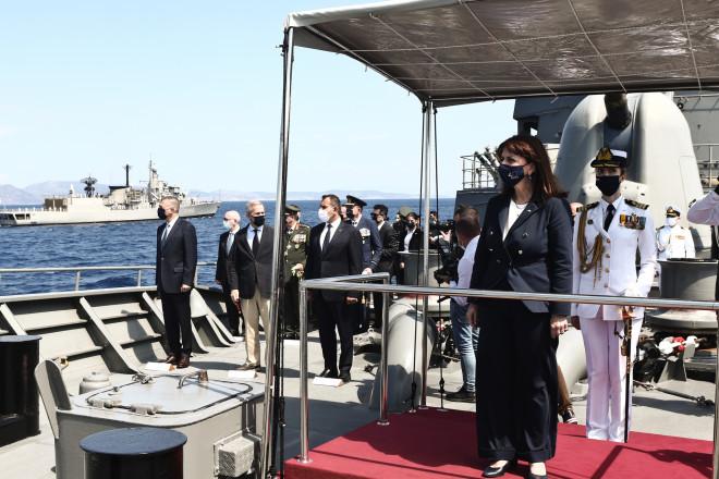 Η ΠτΔ με τους εκπροσώπους της στρατιωτικής ηγεσίας που παρέστησαν στην Επιθεώρηση-φωτογραφία Eurokinissi