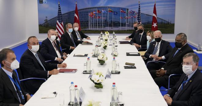 Η συνάντηση Ερντογάν - Μπάιντεν και των επιτελείων τους μετά τη Σύνοδο Κορυφής του ΝΑΤΟ-AP Photo/Patrick Semansky