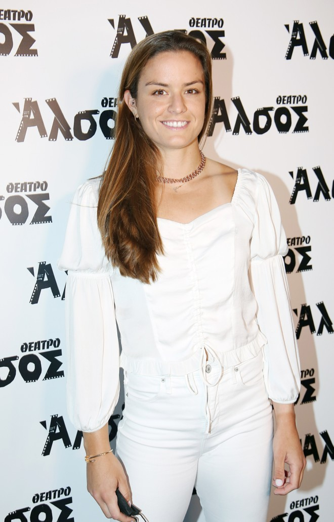 Η Μαρία Σάκκαρη ντυμένη στα λευκά στο θέατρο Άλσος