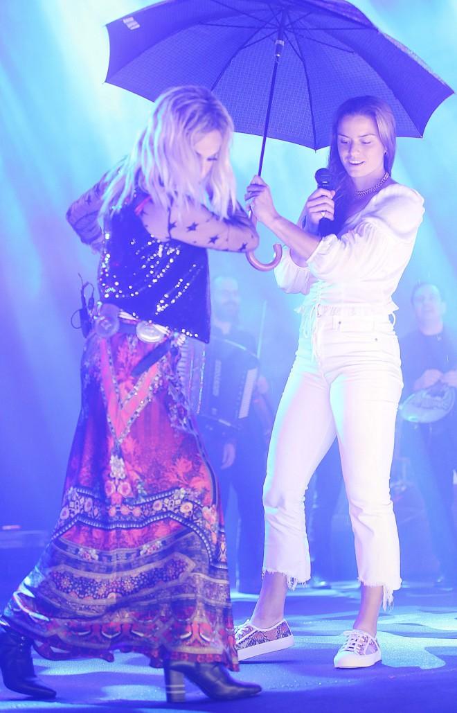 Η Άννα Βίσση και η Μαρία Σάκκαρη στη σκηνή του θέατρου Άλσους