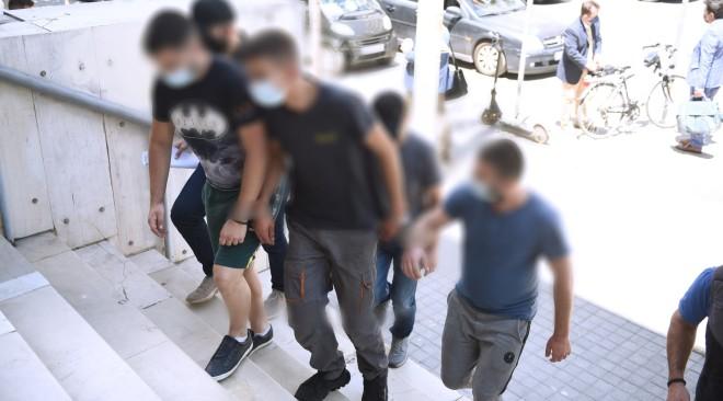 Η μεταγωγή των τριών νεαρών συλληφθέντωνστο δικαστικό μέγαρο Θεσσαλονίκης- φωτογραφία ΙΝΤΙΜΕ