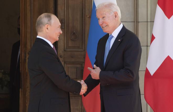 H χειραψία Μπάιντεν- Πούτιν κατά τη συνάντησή τους σήμερα στη Γενεύη- φωτογραφίαAP Photo/Patrick Semansky