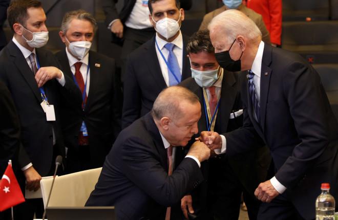 Ερντογάν χειροφίλημα Μπάιντε