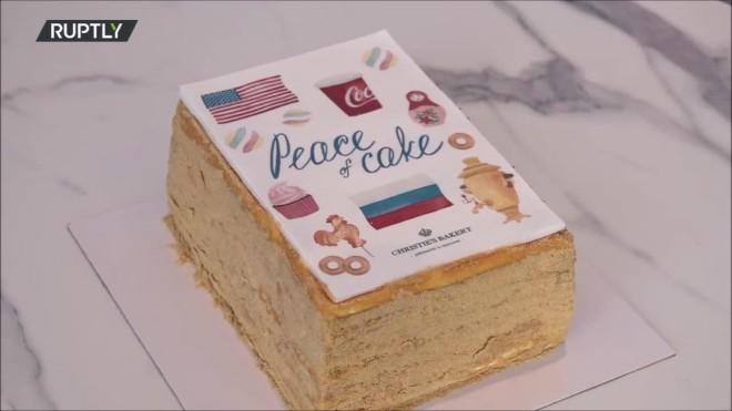 Το«Κέικ της Ειρήνης» έχεισημαίες και σύμβολα των δύο χωρών