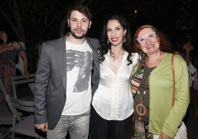 Ο Μανωλάκης ποζάρει μαζί με την τηλεοπτική του μαμά και την Κανέλλα