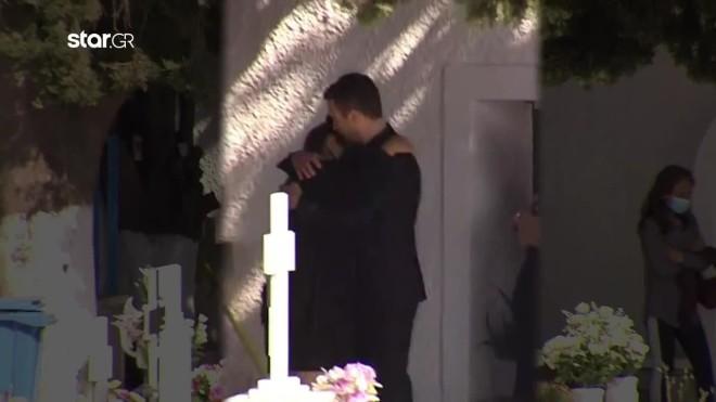 Ο σύζυγος της Καρολάιν κρατά στην αγκαλιά του τη μητέρα της στο 40ήμερο μνημόσυνο
