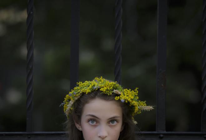 κοπέλα γιορτάζει το θερινό ηλιοστάσιο