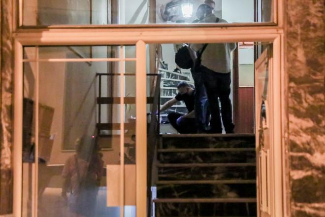 Eπέμβαση της αστυνομίας στην πολυκατοικία στα Πετράλωνα για τη σύλληψη του δράστη- Eurokinissi