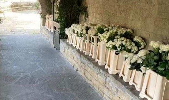 Τα λευκά τριαντάφυλλα κυριαρχούσαν στο γαμήλιο πάρτι
