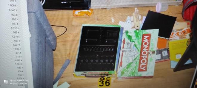 Η Monopoly στο σπίτι των Γλυκών Νερών όπου υποτίθεται ήταν κρυμμένα τα χρήματα που απέσπασαν οι κακοποιοί