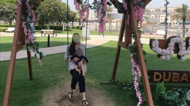 Η άτυχη Καρολάιν αγκαλιά με το μωρό της
