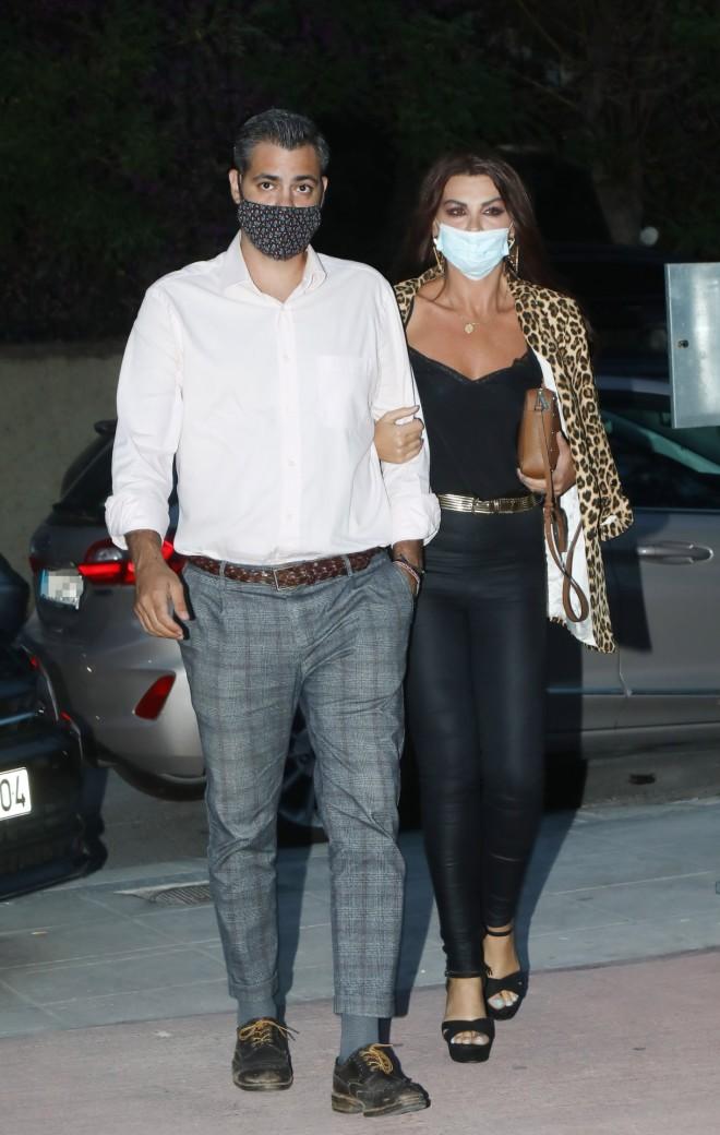 Η Νίνα και ο Χρήστος έφτασαν χέρι – χέρι στο θέατρο Άλσος φορώντας τις μάσκες τους