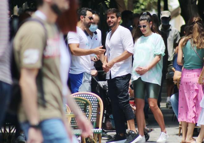 Το ζευγάρι έκανε μια μικρή στάση για να συνομιλήσει με τον Μάνο Γαβρά