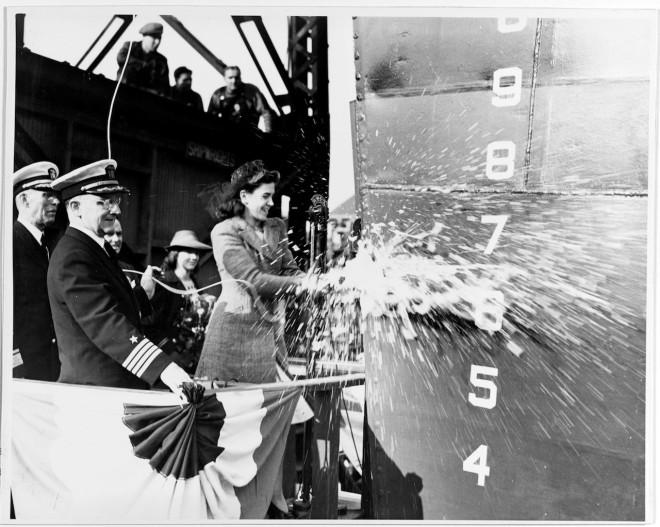 Η Miss Elizabeth Harwood Royal στην τελετή καθέλκυσης του USS KNIGHT στο Ναυπηγείο της Βοστώνης, 27 Σεπτεμβρίου 1941
