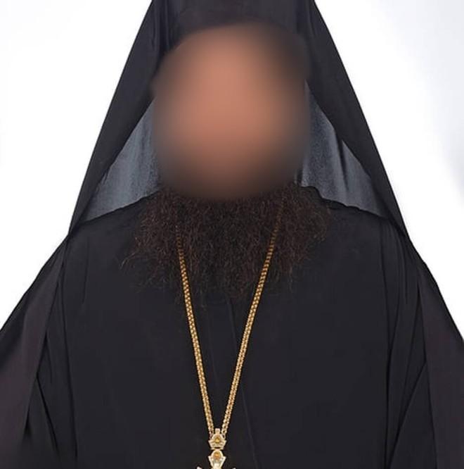 O ιερέας που επιτέθηκε με καυστικό υγρό στους Μητροπολίτες