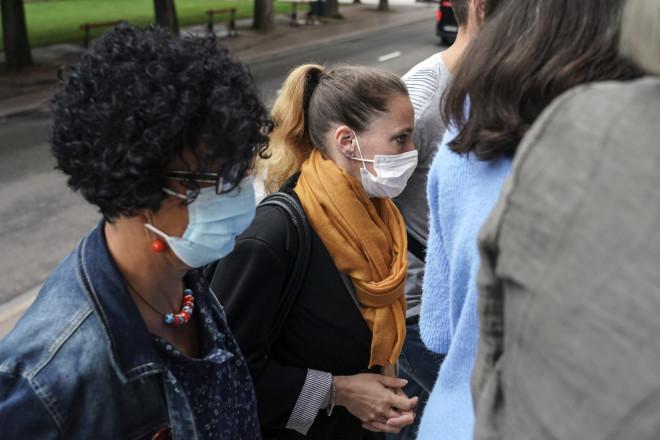 Βαλερί Μπακό συνοδευόμενη από συγγενείς της σήμερα, στο δικαστήριο για τη δολοφονία του βιαστή συζύγου της- ΑΡ