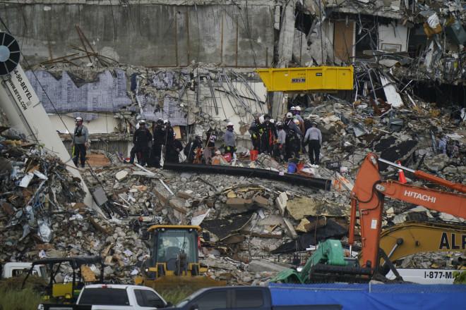 Tα χαλάσματα του 12όροφου κτιρίου που κατέρρευσε στο Μαϊάμ- φωτογραφία από ΑΡ