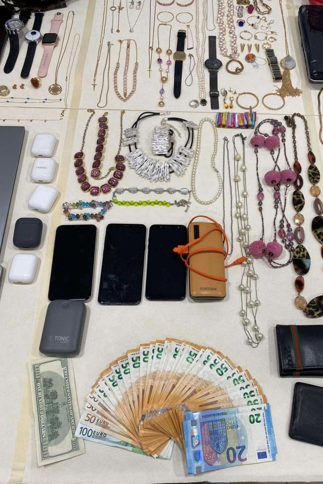 Xρήματα και κοσμήματα στην κατοχή των συλληφθέντων-πηγή astynomia.gr