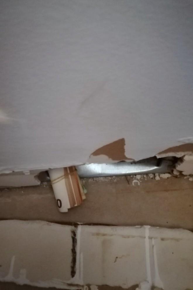 Χρήματα που είχαν κρύψει οι δράστες μέσα σε τοίχο-πηγή astynomia.gr