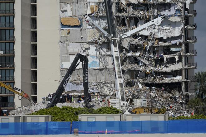 To πολυώροφο κτίριο που κατέρρευσε μερικώς στο Μαϊάμι στις 24/6- φωτογραφία ΑΡ