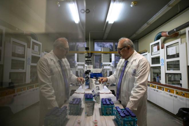 Ο Νίκος Θωμαΐδης στο εργαστήριο Αναλυτικής Χημείας του ΕΚΠΑ