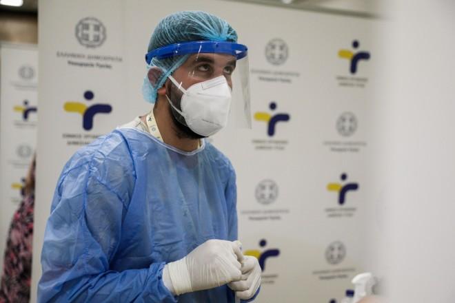Υγειονομικός κατά τη διεξαγωγή δωράν rapid test