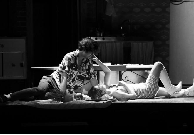 Εριέττα Μανούρη και Αναστάσης Ροϊλός ανταλλάσσουν φιλιά επί σκηνής/ φωτογραφία NDP