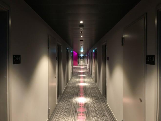 διάδρομος έξω από τα δωμάτια ξενοδοχείου