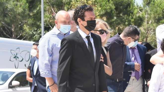Ο ηθοποιός Θάνος Τοκάκης και αδελφός του εκλιπόντα- φωτογραφία NDP
