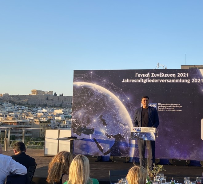 Στιγμιότυπο από την ομιλία του Βασίλη Κικίλια στη Γενική Συνέλευση του Ελληνογερμανικού Εμπορικού και Βιομηχανικού Επιμελητηρίου