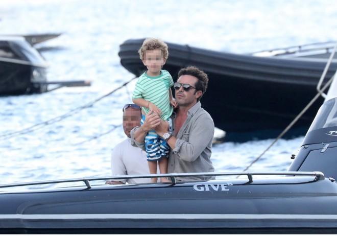 Ο Ηλίας Κρασσάς στο σκάφος με τον γιο του, Κάρολο