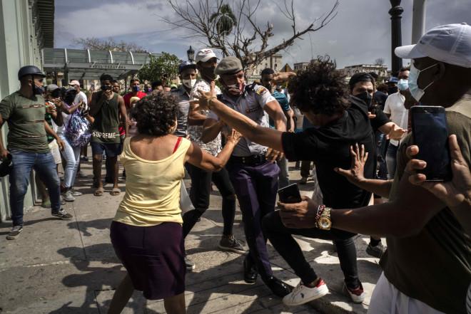 Άγριες συμπλοκές μεταξύ διαδηλωτών και δυνάμεων ασφαλείας στην Κούβα- φωτογραφία ΑΡ