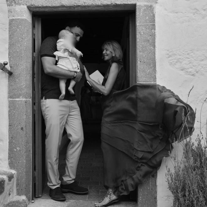 Ένα εντυπωσιακό, μάξι φόρεμα και σανδάλια επέλεξε η Τζένη Μπαλατσινού για τη βάφτιση του μωρού της στο εκκλησάκι στην Πάτμο