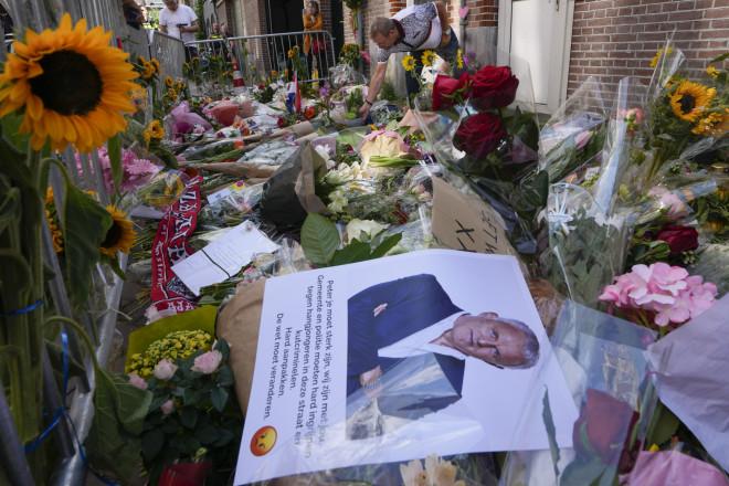 Ο κόσμος άφηνε λουλούδια στο σημείο όπου πυροβολήθηκε ο Ολλανδός δημοσιογράφος- φωτογραφία ΑΡ