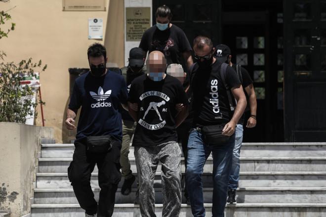 Ο 39χρονος αστυνομικός κατά την έξοδό του από τον ανακριτή - φωτογραφία Eurokinissi