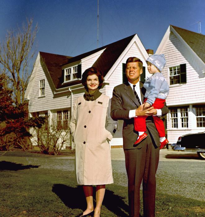 O Τζον Φιτζέραλντ Κένεντι Tζούνιορ σε μικρή ηλικία με την μητέρα του Τζάκι Κένεντι και τον πατέρα του
