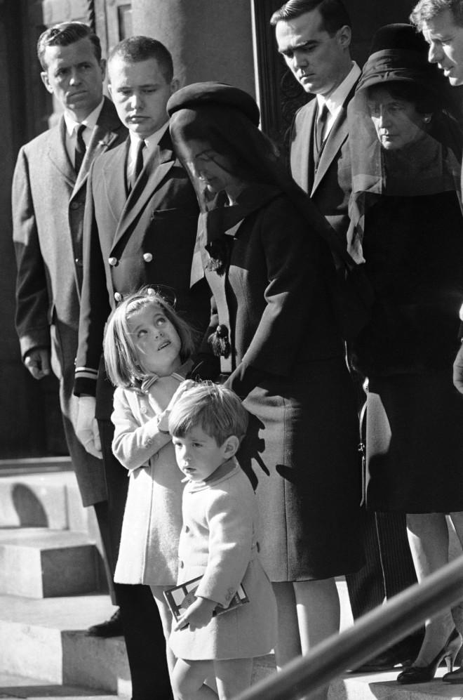 O Τζον Φιτζέραλντ Κένεντι Tζούνιορ με την αδερφή του και την μητέρα του στην κηδεία του πατέρα του, του Αμερικανού ΠροέδρουΤζον Φιτζέραλντ Κένεντι