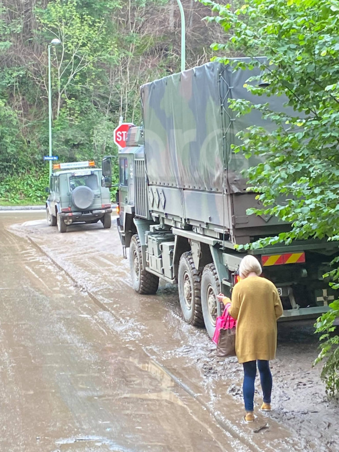 Στο δρόμο βγήκε σήμερα και ο στρατός με ειδικά μηχανήματα προκειμένου να απομακρύνει τόνους λάσπης και φερτών υλικών από τις φονικές πλημμύρες που έπληξαν τη Ρηνανία- Βεστφαλία στη Γερμανία