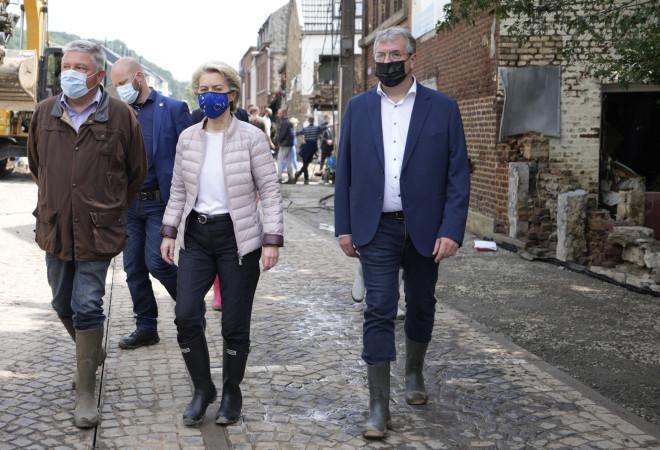Τις πληγείσες περιοχές στο Βέγλιο επισκέφθηκε η πρόεδρος της Κομισιόν- φωτογραφία ΑΡ