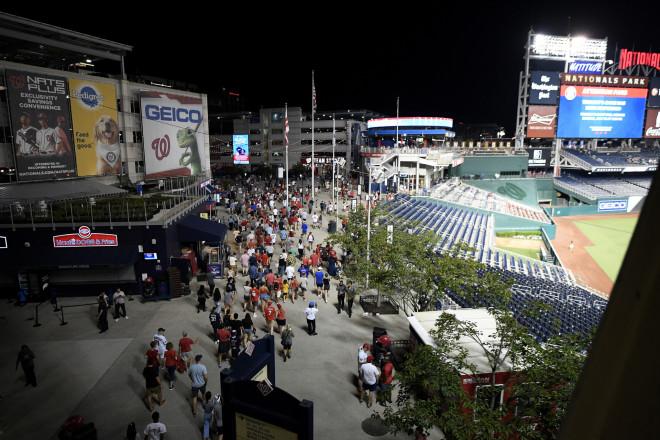 Oι θεατές εκκενώνουν το γήπεδο του μπέζμπολ- φωτογραφία ΑΡ