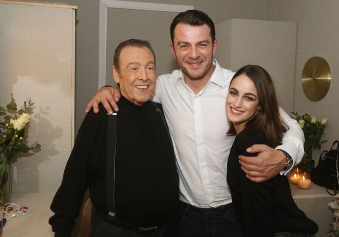 Ο Τόλης Βοσκόπουλος ποζάρει χαμογελαστός μαζί με τον Γιώργο Αγγελόπουλο και την κόρη του Μαρία