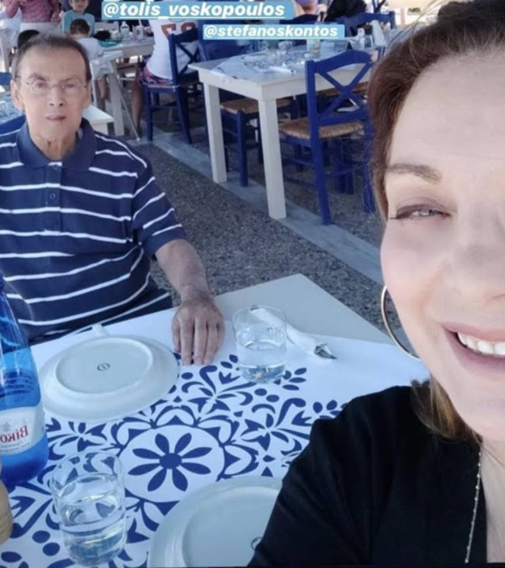 Ο Τόλης Βοσκόπουλος και η Άντζελα Γκερέκου σε ταβέρνα στη Χαλκίδα