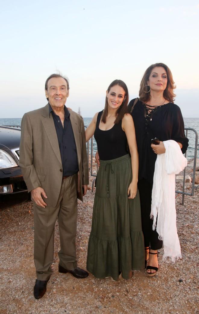 Ο Τόλης Βοσκόπουλος με τη σύζυγο Άντζελα Γκερέκου και την κόρη τους, Μαρία Βοσκοπούλου