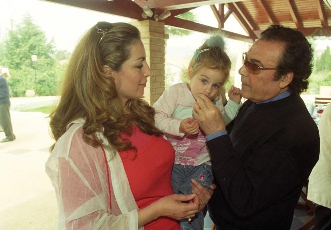 Ο Τόλης Βοσκόπουλος και η Άντζελα Γκερέκου με την κόρη τους Μαρία σε μικρότερη ηλικία