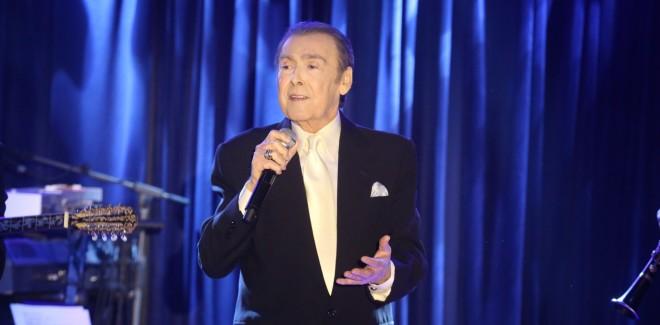 Ο Τόλης Βοσκόπουλος τραγουδάει στην πίστα