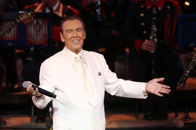 Ο Τόλης Βοσκόπουλος με λευκό κοστούμι
