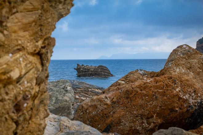 Στιγμιότυπο με τα γαλανά νερά της Σκοπέλου-φωτογραφία από unsplash