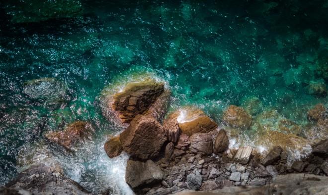 Στιγμιότυπο με τα παραδεισένια νερά της Σκοπέλου- φωτογραφία από unsplash